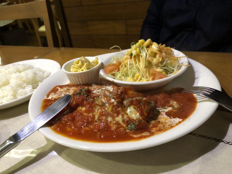 カヒカ ハンバーグ(サラダ付)、トマトソース・チーズのせ